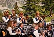 Mit voller Puste vor Bergkulisse: Die Musikgesellschaft Roggwil spielen an ihrem Unterhaltungsabend. (Bild: Ramona Riedener)