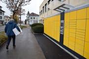 Seit gestern können Pakete beim Automaten vor der Postfiliale am Bahnhof aufgegeben und abgeholt werden. (Bild: Gianni Amstutz)