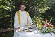 Der ehemalige Küssnachter Pfarrer Werner Fleischmann während eines Gottestdienstes im Freien. (Bild: Edith Meyer, 18. Juni 2018)