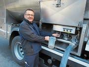 Robert Schleiss, Bereichsleiter ARA, entnimmt aus dem Tanklastwagen eine Probe der Molke. (Bild: PD)
