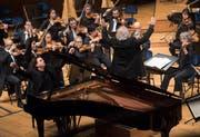 Andreas Haefliger und das Tonhalle-Orchester Zürich am Sonntag im KKL-Konzertsaal. (Bild: Priska Ketterer / Lucerne Festival)