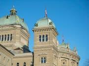 Heute Montag beginnt im Bundeshaus die Wintersession. Höhepunkt sind die Bundesratswahlen am 5. Dezember. (Bild: KEYSTONE/PETER SCHNEIDER)