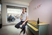 Philipp Grob im «Chlapf». Vorerst dient sein Laden, um den selbst gemachten Naturwein zu verkaufen. (Bild: Ralph Ribi)