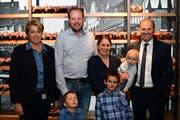 Die Familie Madörin umrahmt von Regierungsrätin Cornelia Komposch und Gemeindepräsident Max Vögeli. (Bild: Werner Lenzin)