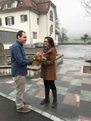 Schulpräsidentin Carol Lang gratuliert Jan Widmer. (Bild: PD)