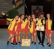 Fünf der sechs vom Jugend-Team vom TV Oberschan freuen sich zusammen mit Trainer Renato Corrocher über Platz vier im Final. (Bild: Ursina Marti)