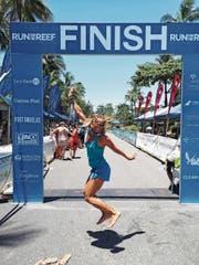 Nach den Strapazen mag sie – frisch geduscht – vor Freude hüpfen: Lena Steuri im Zielbereich des Great Barrier Reef Marathon. (Bild: PD)