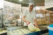 Walter Grob, Inhaber der Schaukäserei Engelberg beim Käsen. (Bild: PD)