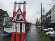 Kantonsstrasse in Ebikon: Die bestehenden Masten der Strassenbeleuchtung werden ersetzt durch massivere, kombinierte Fahrleitungs- und Beleuchtungsmasten. (Bilder: Roman Hodel, 26. November 2018)