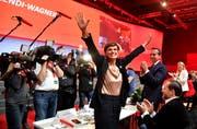 Die neue SPÖ-Bundesparteivorsitzende Pamela Rendi-Wagner nach ihrer Wahl mit 97,8 Prozent, ihr Mann Michael Rendi und Alt-Parteichef Christian Kern (SPÖ) beim 44. Ordentlichen Bundesparteitag der SPÖ. Bild: Barbara Gindl/Keystone (Wels, 24. November 2018)