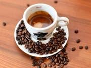 Schweizerinnen und Schweizer sind verrückt nach Kaffee: Im Schnitt trinken sie über drei Tassen pro Tag. (Bild: KEYSTONE/WALTER BIERI)