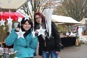 Die Organisatorinnen Manuela Utzinger und Désirée Waeber sorgen mit der zweiten Ausgabe des Hallenfloh- und Weihnachtsmarktes für die Vielfalt. (Bild: Manuela Olgiati)