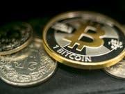 Im Sinkflug: Der Wechselkurs der Kryptowährungen wie Bitcoin bricht weiter ein. (Bild: KEYSTONE/ALEXANDRA WEY)