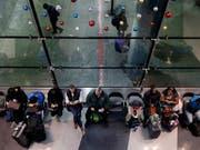 Tausende Reisende sitzen in der Nacht auf Montag aufgrund von heftigen Schneefällen in den USA - wie hier in Chicago - an Flughäfen fest. (Bild: KEYSTONE/AP/NAM Y. HUH)