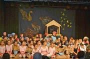 Nach ihren Auftritten präsentierten sich die Kinder und Jugendlichen dem begeisterten Publikum. (Bild: Peter Jenni)