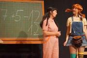 Pippi Langstrumpf (Jolanda Aregger, rechts) erobert von der Bühne aus die Herzen der Zuschauer. (Bild: Hannes Bucher (Wauwil, 20. November 2018))