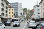 Das Zentrum des Lachen-Quartiers heute: Die Haltestellen des Stadtbusses sind dank breiter Fahrbahnen für Autos überholbar. (Bild: Hanspeter Schiess (29. April 2014))