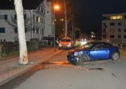 Der Fahrer, der in Vaduz in einen Baum fuhr, wurde mit dem Rettungsdienst ins Spital gefahren. (Bild: lpfl)