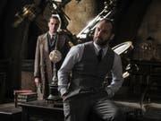 Das Fantasy-Epos «Fantastic Beasts: The Crimes of Grindelwald» hat am Wochenende vom 22. bis 25. November 2018 am meisten Filmfans in die Schweizer Kinos gelockt. (Bild: Warner Bros. Ent.)