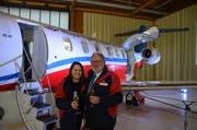 Pilatus Verwaltungsratspräsident Oscar J. Schwenk und Rebecca Tomkinson vom Royal Flying Doctors Service of Australia bei der Übergabe des ersten Pilatus-Ambulanz-Jets. (Bild Martin Uebelhart (Stans, 26. November 2018))