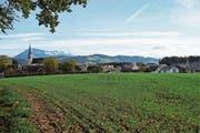Nördlich der Gemeinde kommt, in unmittelbarer Nähe zur bestehenden Schulanlage, die neue Doppelturnhalle hin. (Bild: Eddy Schambron)