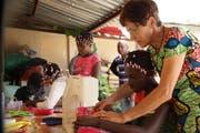 Annemarie Rüegg gibt Unterricht an der Nähmaschine. (Bild: PD)