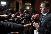 SVP-Fraktionschef Thomas Aeschi orientiert die Medien nach den Hearings der Bundesratskandidaten. (Bild: KEYSTONE/Peter Schneider)