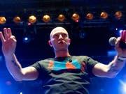 Am Montag solidarisierten sich die drei bekannten russischen Rapper Oxxxymiron (Bildmitte), Basta und Noize MC bei einem Konzert in Moskau mit dem Rapper Husky. (Bild: KEYSTONE/AP/PAVEL GOLOVKIN)