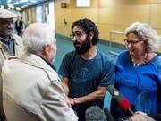Hassan al-Kontar lebte monatelang im Transitbereich des Flughafens von Kuala Lumpur. Nun wurde er im kanadischen Vancouver von seinen Unterstützern empfangen. (Bild: KEYSTONE/AP The Canadian Press/BEN NELMS)