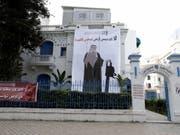 Die Journalistengewerkschaft SNJT entrollte an der Fassade ihres Büros in der Innenstadt von Tunis ein riesiges Plakat, das den saudischen Kronprinzen mit einer Kettensäge zeigt. (Bild: Keystone/EPA/STRINGER)