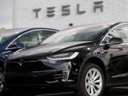 Chinesen sind die Tesla-Autos wegen der verhängten Zölle im Handelsstreit zu teuer: Der Absatz brach im Oktober ein. (Bild: KEYSTONE/AP/DAVID ZALUBOWSKI)