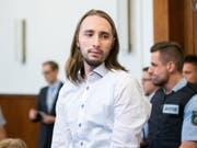 Der Angeklagte Sergej W. am Dienstag im Gerichtssaal. Elf Monate verhandelte das Dortmunder Schwurgericht um den Bombenanschlag auf die Mannschaft von Borussia Dortmund. Der Angeklagte wurde zu 14 Jahren Haft verurteilt. (Bild: Keystone/DPA/MARCEL KUSCH)