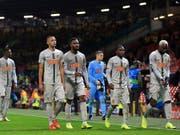 Die Young Boys verlassen das Old Trafford nach dem späten Gegentreffer mit leeren Händen (Bild: KEYSTONE/AP/JON SUPER)