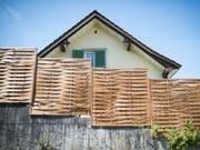 Blick auf das Haus, in welchem im August 2015 ein Kleinkind tot aufgefunden worden war. Die Eltern stehen seit Dienstag in St. Gallen vor Gericht. (Bild: KEYSTONE/GIAN EHRENZELLER)