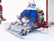 Dynamik, aber kaum Emotionen: SKA-Stürmer Alexej Bywaltsew bedrängt den lettischen Goalie Kristers Gudjevskis (Bild: KEYSTONE/ENNIO LEANZA)