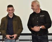 Marc Toldo (links) hat seinen Lehrabschluss als bester Strassenbauer EFZ der Region mit der Note 5,5 geschafft; dafür wurde er von Benno Künzle geehrt. (Bild: Heidy Beyeler)