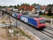 Die Sperrung der Rheintalstrecke bei Rastatt (D) bescherte der Bahn 2017 einen markanten Einbruch im Güterverkehr. (Bild: KEYSTONE/EPA/RONALD WITTEK)
