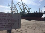 """Im Hafen Mariupol liegt der Frachter """"Peace"""" vor Anker. (Bild: Paul Flückiger)"""
