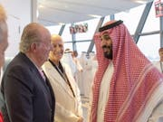 Bild des Anstosses: Spaniens früherer König Juan Carlos (l) und der saudische Kronprinz Mohammed bin Salman am Sonntag in Abu Dhabi. (Bild: Keystone/EPA/BANDAR ALGALOUD / SAUDI ROYAL CO)
