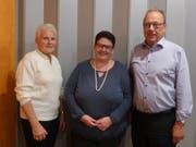 Annelies Zgraggen (ganz links) wird in den Verein aufgenommen. Präsidentin Ruth Arnold (Mitte) dankt Ehrenmitglied Fredy Scheiber (ganz rechts) für seien 20-jährigen Einsatz im Chor. (Bild: PD)