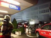 Ein Gebäude neben dem Bahnhof in Littau LU hat am späten Montagabend Feuer gefangen. (Bild: David Kunz, Keystone-SDA)