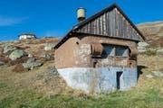 Der als Alphütte getarnte Auspuff des Stromgenerators. (Bild: Christof Hirtler)