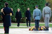 Mehr als eine symbolhafte Geste: Angela Merkel und Emmanuel Macron beim Weltkrieg-Gedenken in Paris.