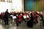 Die Musikanten spielen unter der Leitung von Dirigent Alexander Kübler. (Bild: PD)