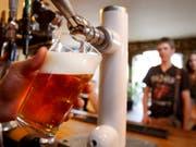 Schweizer Brauereien behaupten sich gegen die Konkurrenz aus dem Ausland: Inzwischen stammen drei von vier Bieren, die in der Schweiz getrunken werden, von einheimischen Brauern. (Bild: KEYSTONE/AP/KIRSTY WIGGLESWORTH)