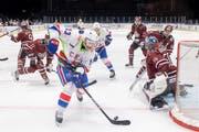 Der frühere NHL-Star Pawel Dazjuk (am Puck) bringt im Zürcher Hallenstadion die Verteidigung von Dinamo Riga in Bedrängnis. (KEYSTONE/Ennio Leanza)