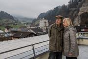 Wehren sich gegen den Neubau des alten Betonwerks (im Hintergrund): Alain Gabriel und Elisabeth Zingg. (Bild: Nadia Schärli, Wolhusen 26. November 2018)