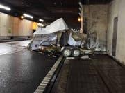 Ungebremst gegen die Tunnelwand gedonnert und vollständig zerstört worden ist dieser Anhänger im Seelisbergtunnel. (Bild: Kantonspolizei Nidwalden)