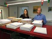 Bauverwalterin Sabrina Gohl und Gemeindepräsident Stefan Frei sichten die umfangreichen Offerten. (Bild: PD)