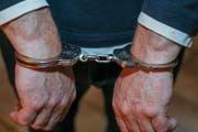 Dem Mann war trotz Handschellen die Flucht gelungen – mittlerweile ist er wieder in Haft. (Symbolbild: Imago)